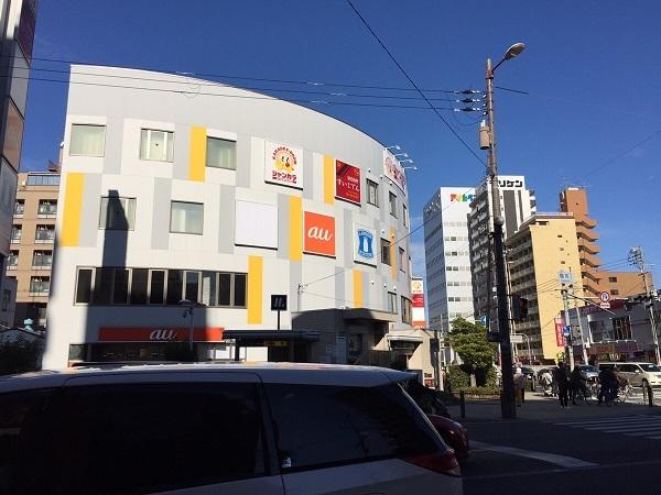 今福鶴見の交差点の商業ビル