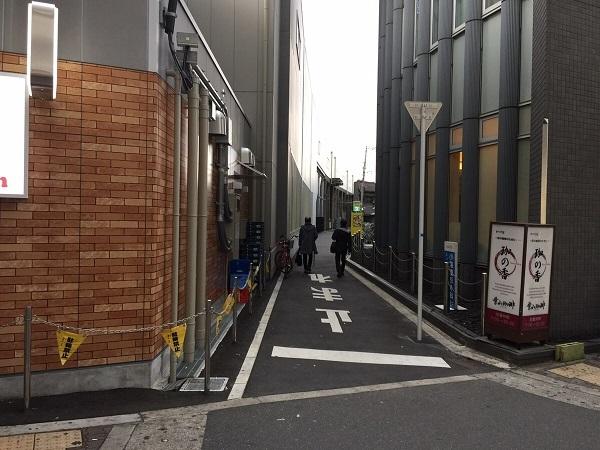 JR鴫野駅横 駐輪場への道