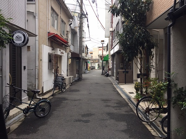 お店の前の道